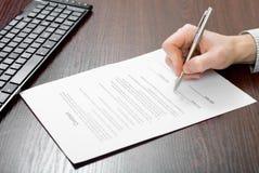 Het ondertekenen van contract door zakenman Royalty-vrije Stock Foto's