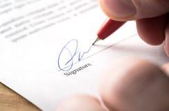 Het ondertekenen van contract, huur of regeling voor aanwinst, van de flathuur, van de verzekering, van de banklening, van de hyp stock foto's