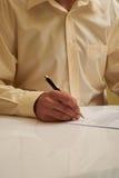 Het ondertekenen van de documentechtgenoot stock afbeelding