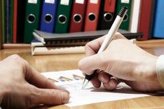 Het ondertekenen van document stock afbeeldingen