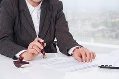 Het ondertekenen van document op kantoor Royalty-vrije Stock Foto