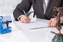 Het ondertekenen van document op kantoor Royalty-vrije Stock Fotografie