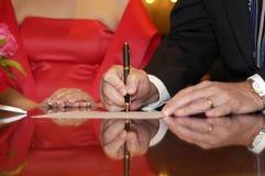 Het ondertekenen van Documenten Royalty-vrije Stock Fotografie