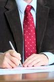 Het ondertekenen van documenten royalty-vrije stock foto's
