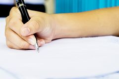 Het ondertekenen van een bedrijfscontract voor bewijs van overeenkomst Stock Foto