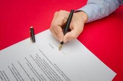 Het ondertekenen van een belangrijk overeenkomstencontract Stock Afbeelding