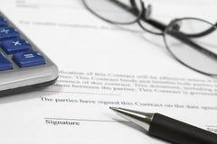 Het ondertekenen van een Contract Stock Afbeeldingen