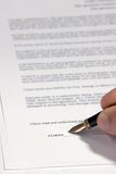 Het ondertekenen van een Contract Royalty-vrije Stock Fotografie