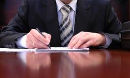 Het ondertekenen van een contract stock foto's