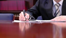 Het ondertekenen van een contract Royalty-vrije Stock Foto's