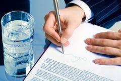 Het ondertekenen van een contract Stock Foto