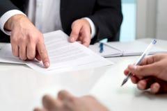Het ondertekenen van een contract of een overeenkomst stock foto's