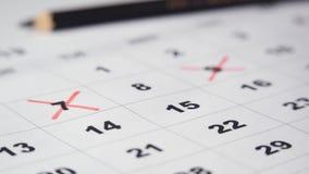 Het ondertekenen van een dag op de kalender stock video