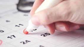 Het ondertekenen van een dag op de kalender stock videobeelden
