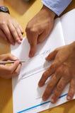 Het ondertekenen van een document Stock Foto's