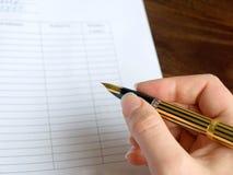 Het ondertekenen van een document Royalty-vrije Stock Afbeeldingen