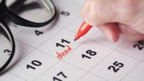 Het ondertekenen van een uiterste termijn op de kalender stock video
