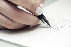 Het ondertekenen van het contract Stock Afbeeldingen
