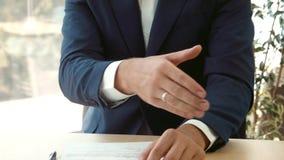 Het ondertekenen van het contract en een handdruk
