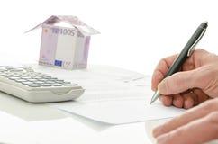 Het ondertekenen van het contract van huisverkoop Stock Foto