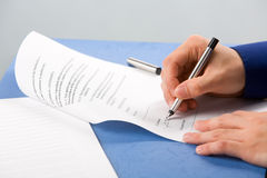 Het ondertekenen van het document Royalty-vrije Stock Afbeelding