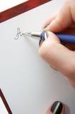 Het ondertekenen van het document Royalty-vrije Stock Afbeeldingen