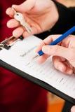 Het ondertekenen van huurdersovereenkomst Stock Afbeeldingen