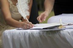Het ondertekenen van huwelijksakte Royalty-vrije Stock Foto