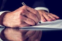 Het ondertekenen van hypotheekdocumenten Stock Afbeeldingen