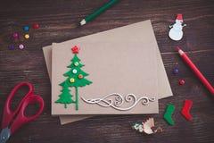 Het ondertekenen van met de hand gemaakte Kerstkaart met gevoelde Kerstboom, sneeuwvlokkeneffect en rode ster Royalty-vrije Stock Foto's