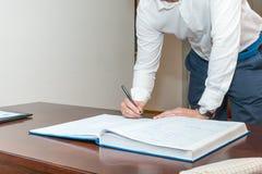 Het ondertekenen van registratie van huwelijk stock afbeelding