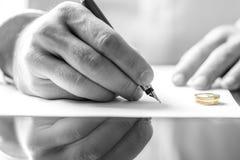 Het ondertekenen van scheidingsdocument royalty-vrije stock foto's