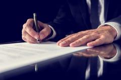 Het ondertekenen van wettelijk document Stock Fotografie
