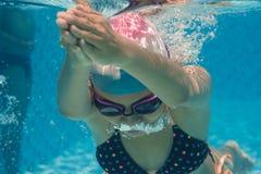 Het onderwater zwemmen Stock Afbeeldingen