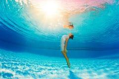 Het onderwater zwemmen en bezinning in water Stock Foto's