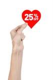 Het onderwerp van de Dagkortingen van Valentine: Hand die een kaart in de vorm van een rood hart met een korting van 25% op geïso Royalty-vrije Stock Afbeeldingen