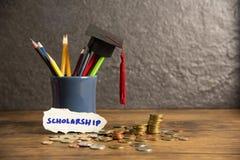 Het onderwijs en terug naar schoolconcept met graduatie GLB op potloden kleurt in een potloodgeval op donkere beurzen als achterg royalty-vrije stock foto's