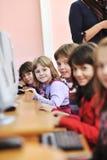 Het onderwijs met kinderen in school Royalty-vrije Stock Afbeeldingen