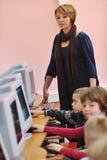 Het onderwijs met kinderen in school Stock Afbeeldingen
