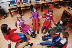 Het onderwijs met kinderen in school stock afbeelding