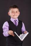 Het onderwijs, onderwijzende kinderen, het kind leert, het leren, Kind met een boek, kind in een kostuum, kind in een kostuum met Royalty-vrije Stock Afbeeldingen