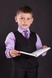 Het onderwijs, onderwijzende kinderen, het kind leert, het leren, Kind met een boek, kind in een kostuum, kind in een kostuum met Royalty-vrije Stock Fotografie