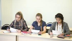 Het onderwijs ontbroken document van het de studentenexamen van de schooltest stock video