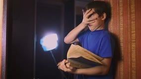 Het onderwijs van de het boeklezing van de jongenstiener is muur binnen stock footage