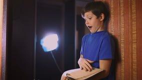 Het onderwijs van het de lezingsboek van de jongenstiener is muur binnen stock videobeelden