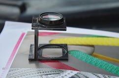 Het onderzoek van de kleurendruk met een lupe Stock Afbeeldingen