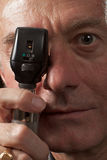 Het onderzoek van het oog door optometrist Royalty-vrije Stock Afbeeldingen