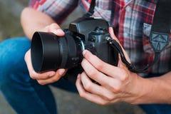 Het onderzoeken van camera alvorens te schieten Stock Fotografie