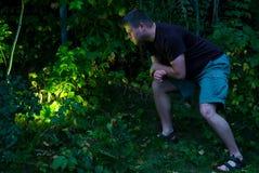 Het Onderzoeken van de mens het Gloeien Licht tijdens Schemering Royalty-vrije Stock Afbeeldingen