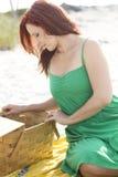 Het onderzoeken van de picknickmand Royalty-vrije Stock Afbeeldingen